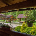 Вид на галявину з альтанками з тераси