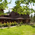 Готель і колиба у Карпатах